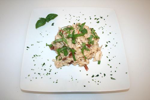 42 - Calamari-Risotto mit eingelegten Tomaten & Basilikum /  Risotto calamari with tomatoes & basil - Serviert