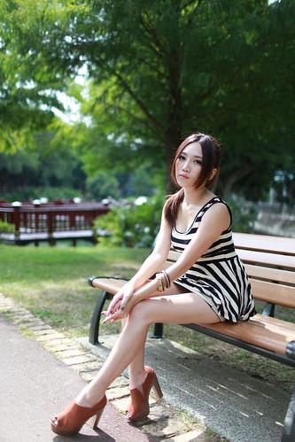 [フリー画像素材] 人物, 女性 - アジア, 女性 - 座る, ワンピース・ドレス ID:201211022200