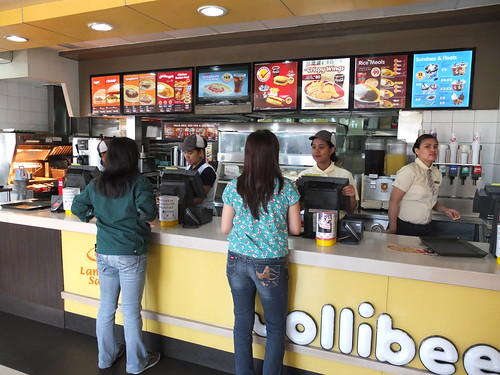 網路上大推的當地速食店-Jollibee. 挺好吃的又便宜