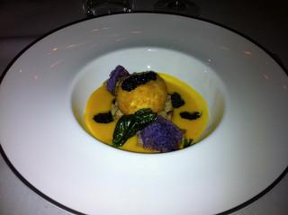 Huevo crujiente con crema de calabaza, setas porcini y caviar de trufa negra que estaba realmente espectacular