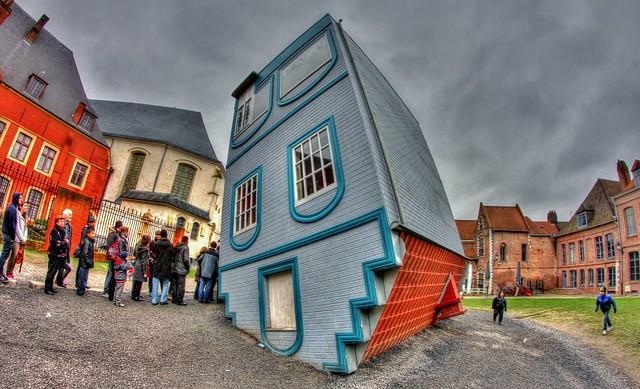 House fallen from the sky – Lille – Maison tombée du ciel – Lille