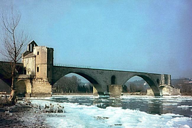 glaces sur le Rhône au pont d'Avignon pendant la vague de froid de février 1956 météopassion