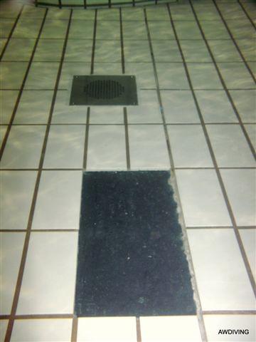 Onderwater tegel reparatie :Stap 4 reinigen van de ondergrond