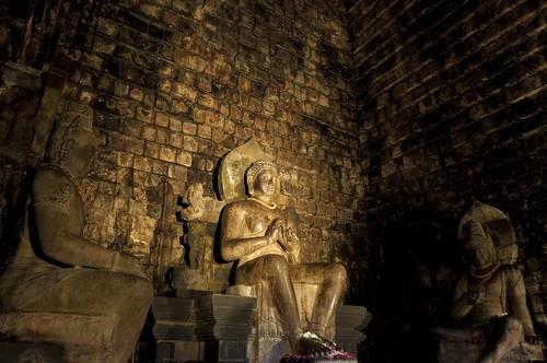 Le temple de Mendut, de dedans, staring Lokesvara, Bouddha et Vairapana dans leur propre rôle
