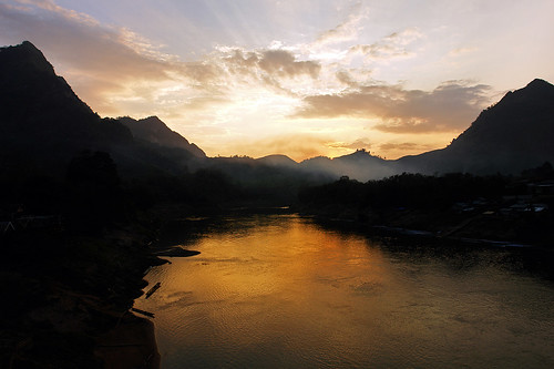 sunset mist mountains reflection water silhouette clouds river landscape twilight asia asien southeastasia südostasien wasser sonnenuntergang nebel dusk wolken berge dämmerung eveningsky laos fluss landschaft abendhimmel abenddämmerung namou flüsse nongkhiaw