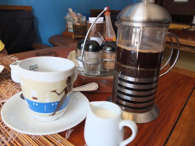 咖啡上桌時我傻眼, 好大一壺!!