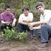 M. He, James et Jasmin devant un jeune théier