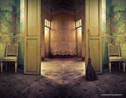 Silla y escoba by Alfredo Romero Fotografias 