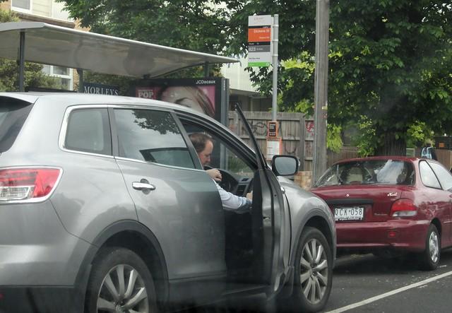 Potd:汽车停在巴士站