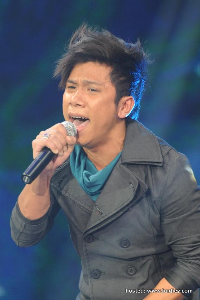 Syahz menyanyikan lagu 'Muara Hati', lagu asal oleh Hafiz & Dato' Siti Nurhaliza