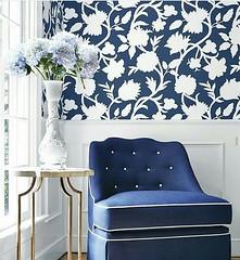 O papel de parede adesivo floral è uma ótima opção para deixar a casa com um estilo mais romântico e aconchegante. Nesse projeto o papel  fica apenas na metade da parede e para você que não quer usar lambril substitua por pintura e um molde de gesso como