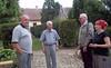 Enrique Schaljo und Dolmetscherin im Hof der Billeder Kirche mit Adam Csonti und Pfarrer Dumea.