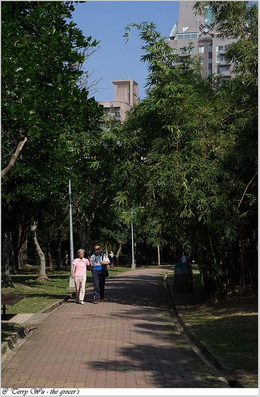2012-11-10 姐妹會的老人團健行-大安森林公園-6