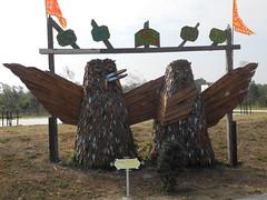 社區入口的鳥造型。