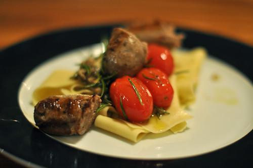 Pappardelle med stegte tomater og kalvepølser