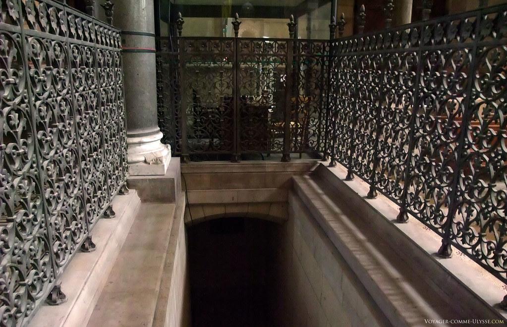 Entrée de la crypte, où se trouvent les tombeaux de Mgr de Belsunce et du Cardinal de Mazenod.