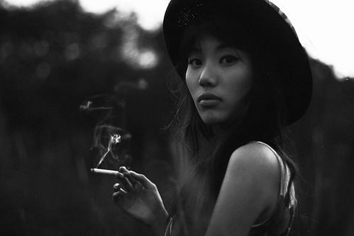 [フリー画像素材] 人物, 女性 - アジア, 煙草・タバコ, 帽子, モノクロ, シンガポール人 ID:201211250800