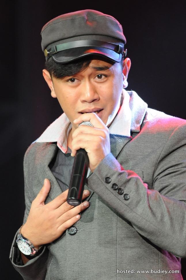 Abang yang menyanyikan lagu 'Dan Sebenarnya',lagu asal Yuna