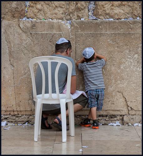 vader en kind bij klaagmuur by hans van egdom