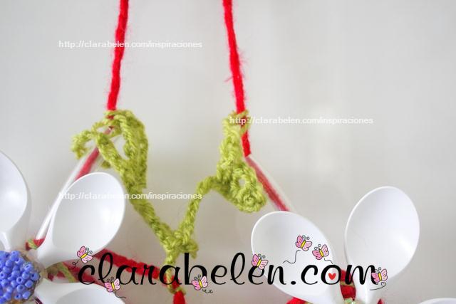 Tutorial de corona o adorno de flores de cucharas de plástico y lana