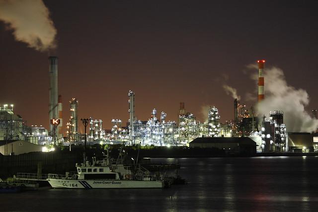 運河沿いの工場夜景