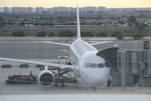 Avión de Iberia en el Aeropuerto del Altet (Alicante)