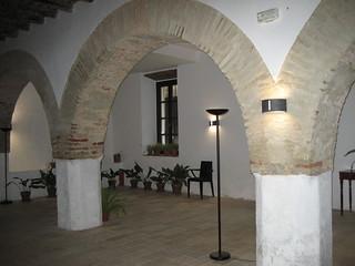 Precioso interior del equipamiento turístico Los Pozos de la Nieve, en Constantina, en el área reservada a reuniones sociales y eventos.