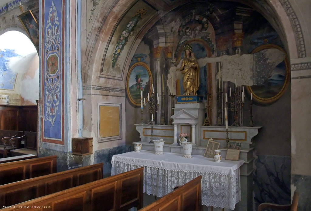 Les peintures murales intérieures sont dégradées par endroits.
