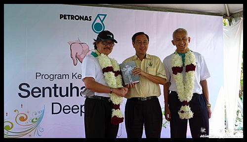 Souvenir Presentation : Sentuhan Kasih Deepavali with Petronas @ Kampung Wellington, Manjung, Perak