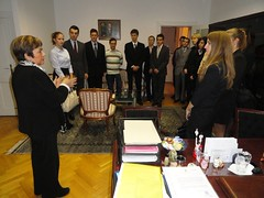 Grupo de aspirantes al servicio exterior húngaro visitan la Embajada de México
