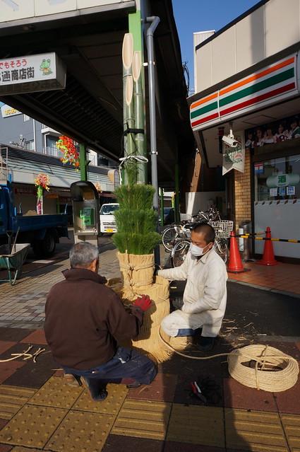 商店街は毎年12/18に門松が立てられます