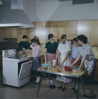 A Home Economics class receiving instructions on cooking. Ottawa, Ontario / Une classe d'économie familiale, recevant des recommandations en matière de cuisine. Ottawa (Ontario)