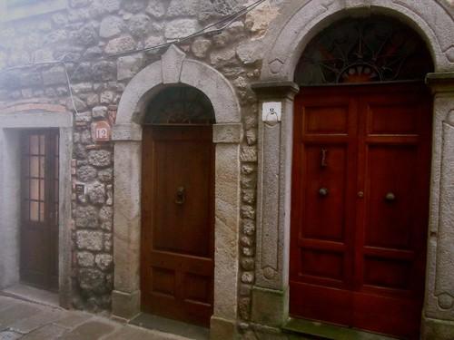 Santa Fiora, case con tre porte