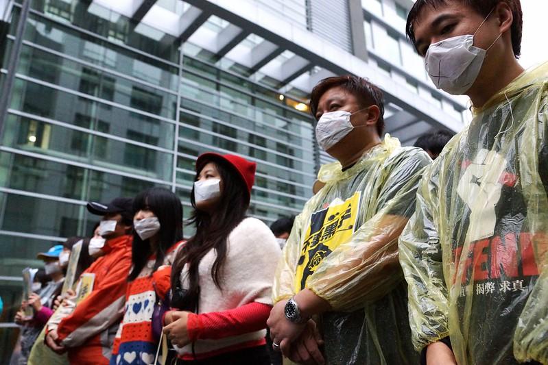 11月17日,《蘋果日報》工會成員在報社大樓外以靜默5分鐘對壹傳媒交易案表達沉默的抗議。(攝影:王顥中)