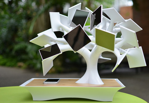 Техногенное дерево electree+ заряжает гаджеты при помощи солнечной энергии
