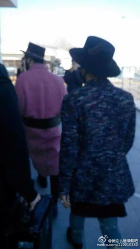 Big Bang - Harbin Airport - 21mar2015 - 就这么继续着吧 - 01