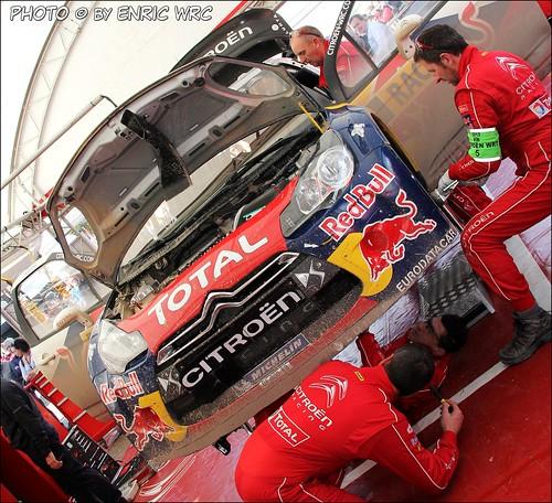 El equipo de Citroën poniendo a punto uno de los DS3 WRC en la asistencia del RallyRACC