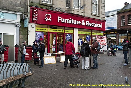 Shoppers chat with anti-workfare protestors