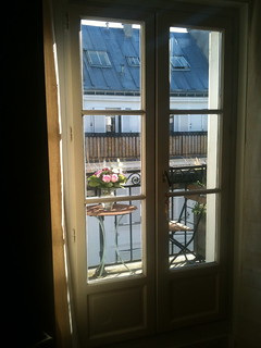 Boule rouge guest room window