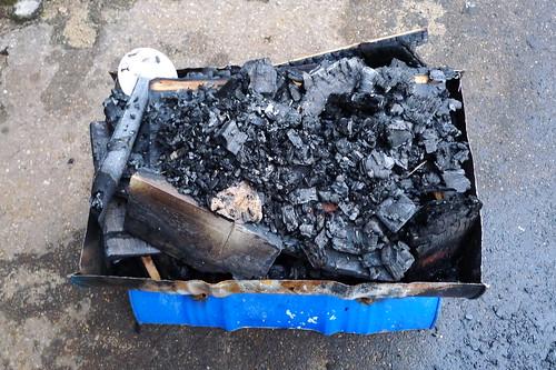 Aschehaufen nach Verbrennung des Schranks auf dem MATO Gelände