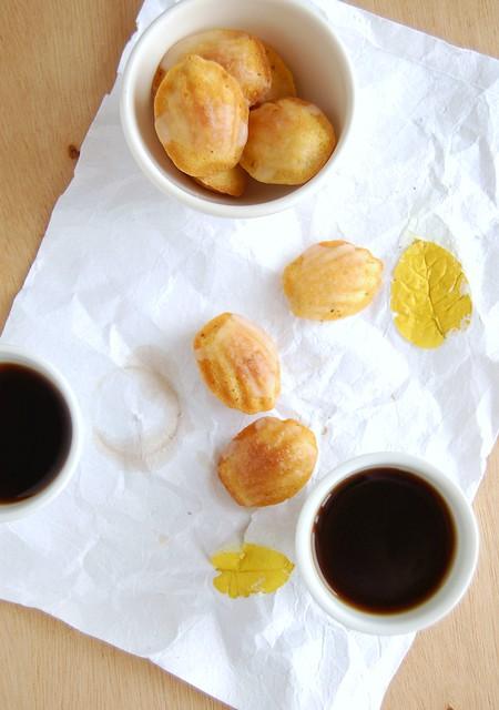 Orange cardamom madeleines with Cointreau glaze / Madeleines de laranja e cardamomo com casquinha de Cointreau