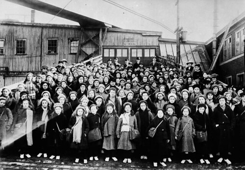 British immigrant children from Dr. Barnardo's Homes at landing stage / Enfants immigrants des orphelinats du Dr Barnardo au ponton du débarcadère