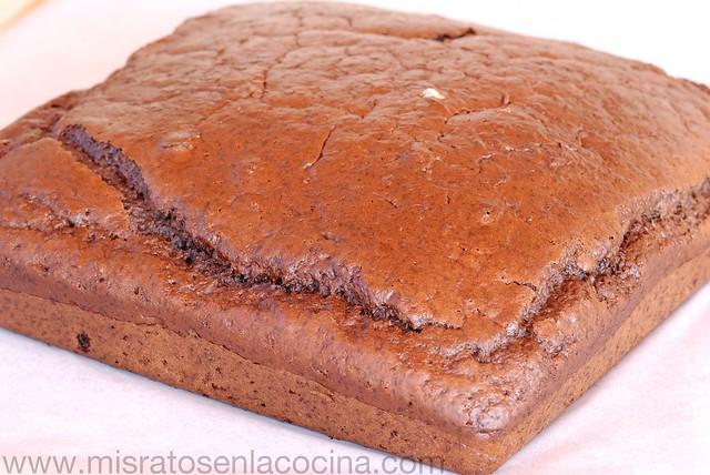 Bizcocho de chocolate relleno con nata y mermelada de arándanos rojos