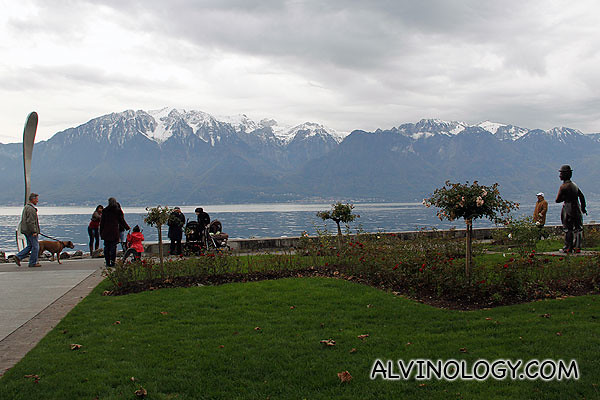 The fork is situated in Lake Geneva, in front of the Alimentarium and has become an emblem for the town of Vevey.