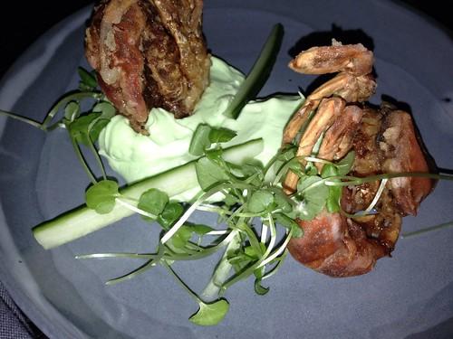Softshell-krabber med marengs og agurk