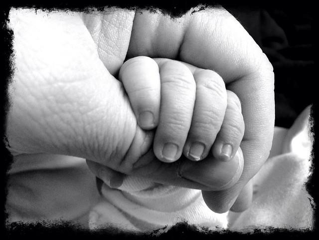 Рукопожатие папы и сына