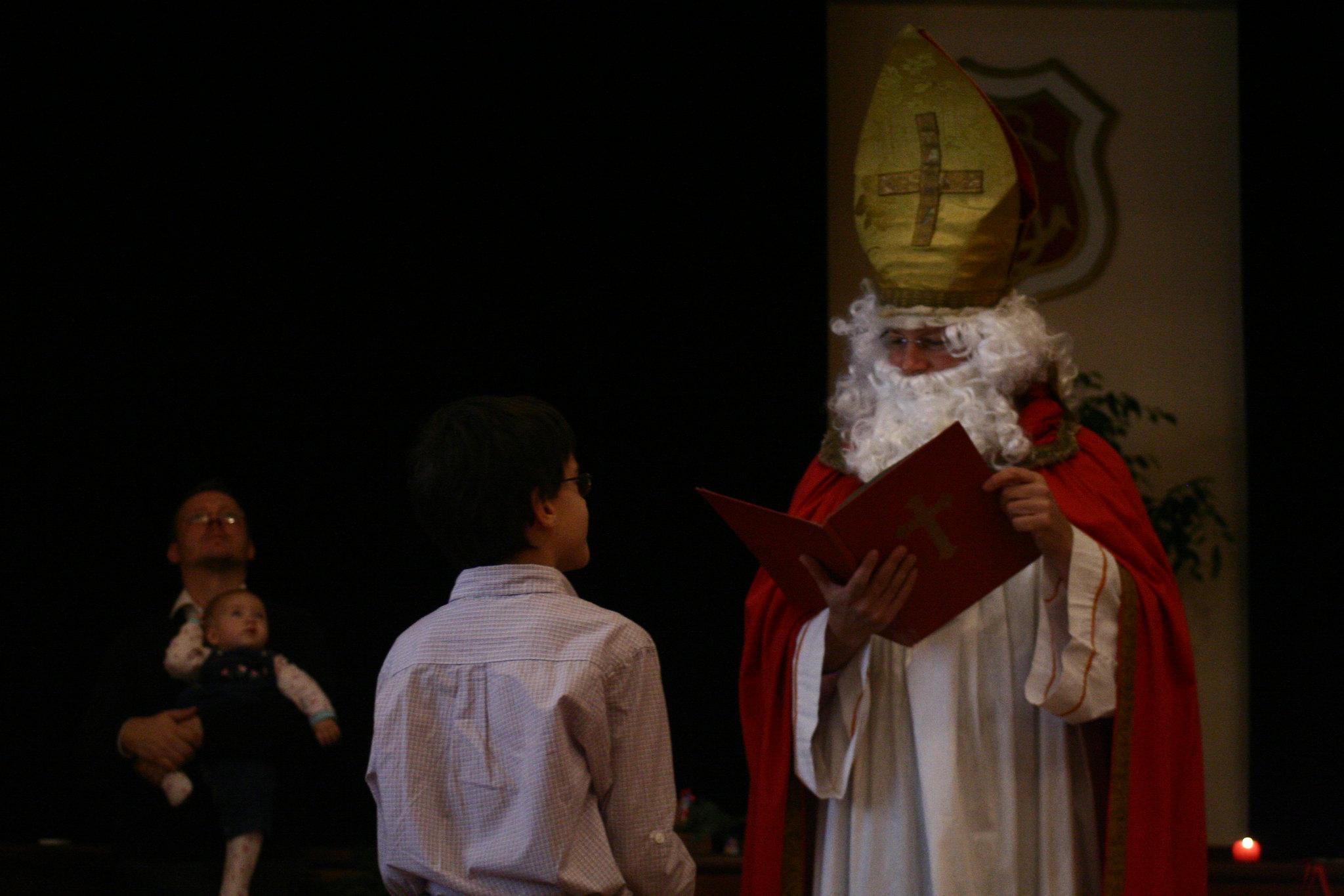 Sankt Nikolaus consults his book