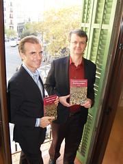 """D'esquerra a dreta: Josep Pi i Hans Venier, editors d'Alma Editorial, mostren un exemplar de """"Curiosidades y anécdotas de la Barcelona antigua"""" a la seu d'Editorial Alma, a Barcelona."""