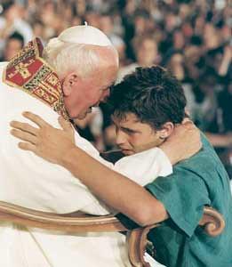 Joven abraza al Papa