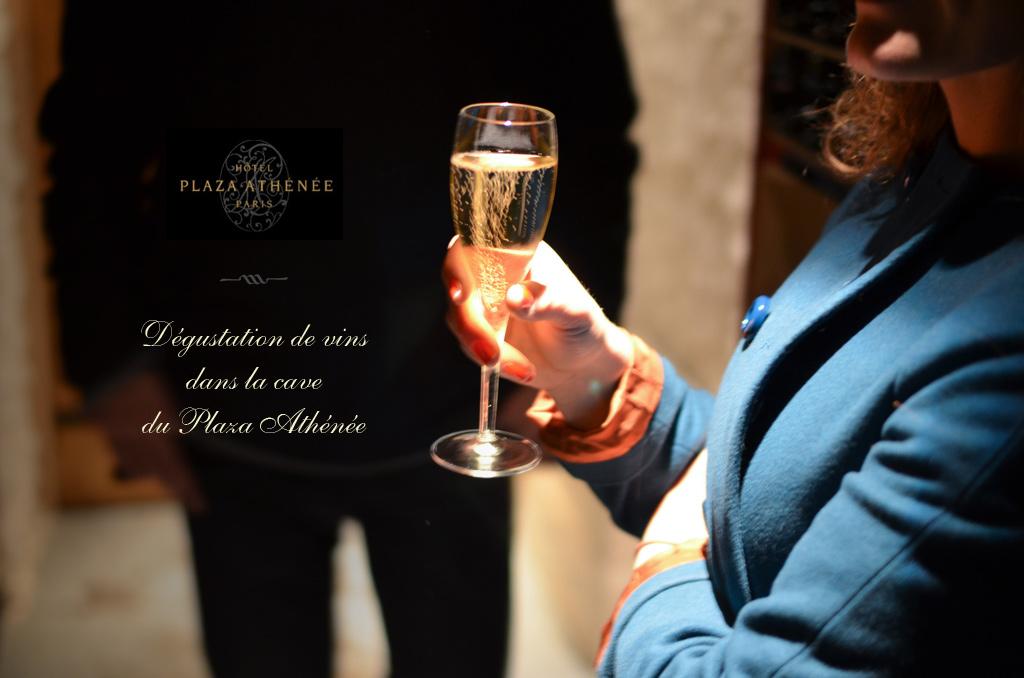 Dégustation de vins dans la cave du Plaza Athénée